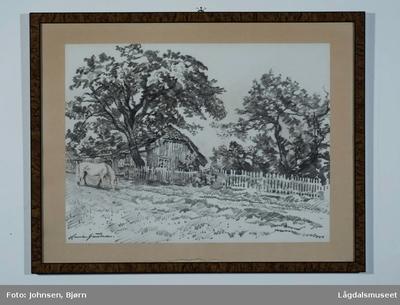 Motivet viser en beitende hest med et hus i bakgrunn