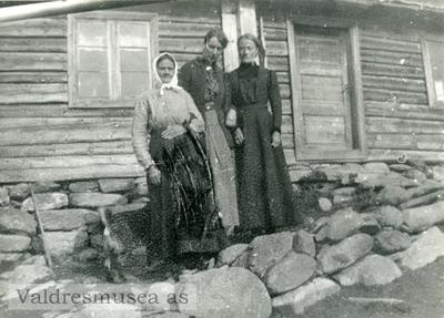 Ingebjørg Lineikro sammen med Anne og Inger Hagen