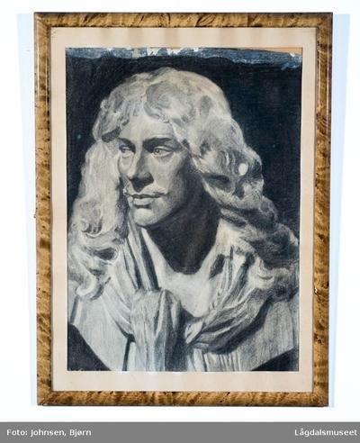 Portrett av mann med langt hår og skjerf