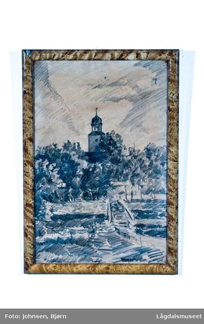Motivet viser Kongsberg kirke og tjensganga