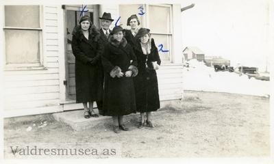 Martin Lunda avbildet med 4 døtre