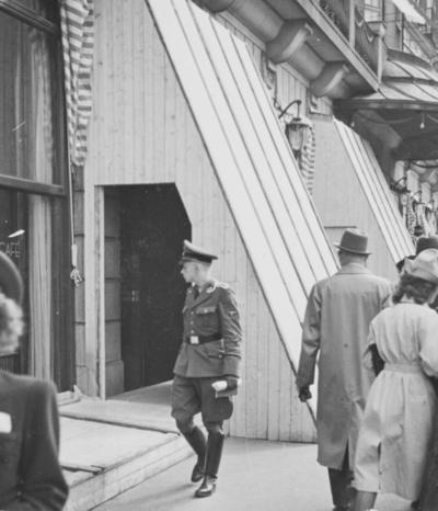 Grand hotell i Karl Johans gatei Oslo i beskyttelsestilstand i mai 1940