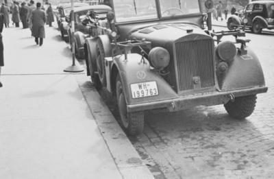 Tysk militærkjøretøy utenfor Grand hotell i Karl Johans gatei Oslo i mai 1940