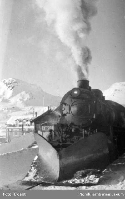 Finse stasjon med front av damplokomotiv type 31b