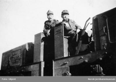 To sammenkoblede Jung-anleggslokomotiver med tyske førere