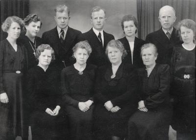 Gruppebilete av borna til Jorande og Olav Stalheim som vaksne