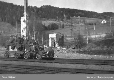 Ring stasjon etter bombingen - tyske militære på motortralle i forgrunnen