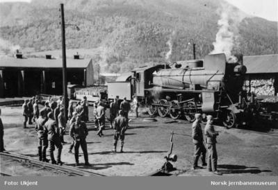 Otta stasjon med tyske militære og damplokomotiv type 26c nr