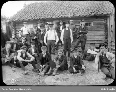 En gruppe menn foran stølshus på Sørsetra på Krokskogen