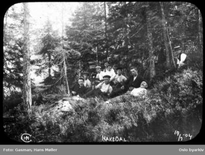 En gruppe menn slanger seg i lyngen i skogen