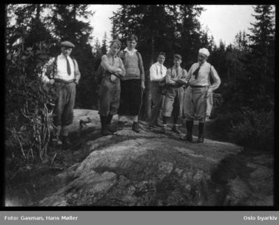 En gruppe menn på skogstur