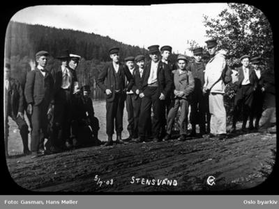 En gruppe menn og ungdommer poserer for fotografen