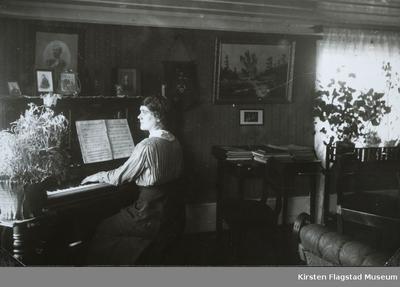 Aagot Lund spiller piano på Johnsrud gård