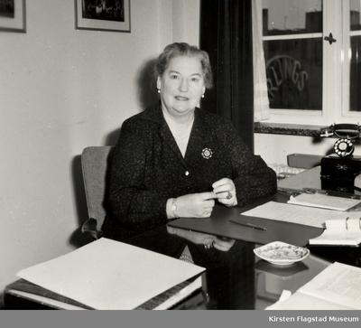 Kirsten Flagstad som operasjef ved sitt skrivebord i Den norske Opera & Ballett 1959