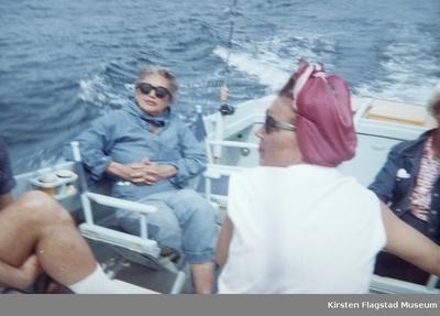 Gode venner i Kirsten Flagstads båt Nuri utenfor hennes hjem Amalienborg