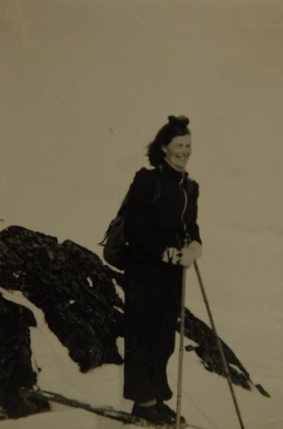 Ung kvinne på ski