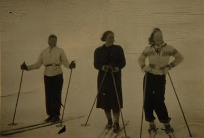 Tre kvinner på ski