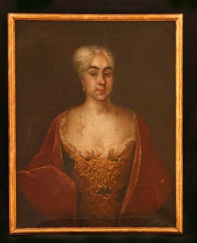Portrett av kvinne mot gråsvart bakgrunn i rektangulær ramme