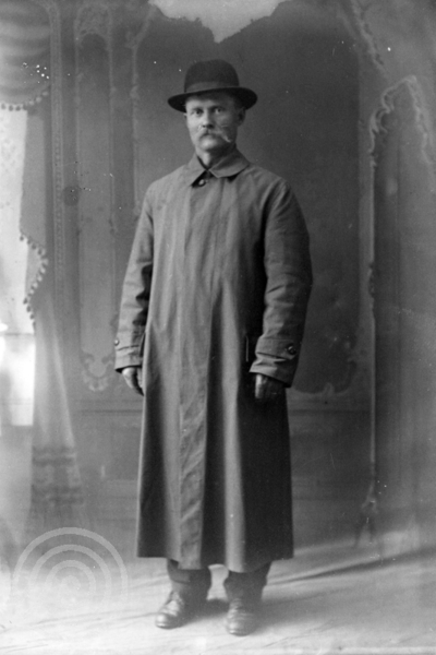 dbdae0c0 Sør-Troms Museum, Europeana. Studioportrett av en mann i lang frakk og hatt