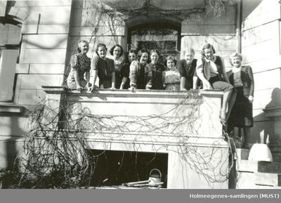 Åtte kvinner på en balkong