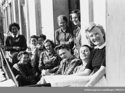 Ti kvinner på en balkong