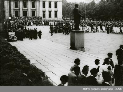 En menneskemengde på plassen utenfor Universitetet i Oslo
