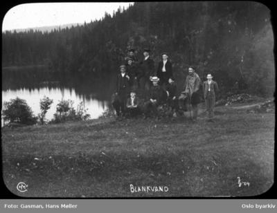 En gruppe menn poserer ved Blankvann i Nordmarka