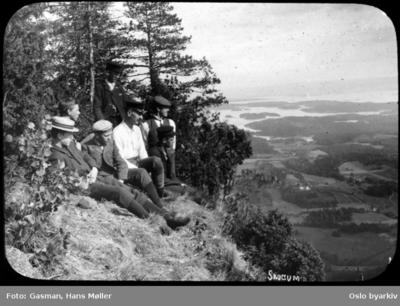 En gruppe menn ved utsikten på Skaugumåsen