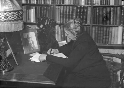 Fru godseier Schultz ved skrivebordet. Egge gård v/Steinkjer