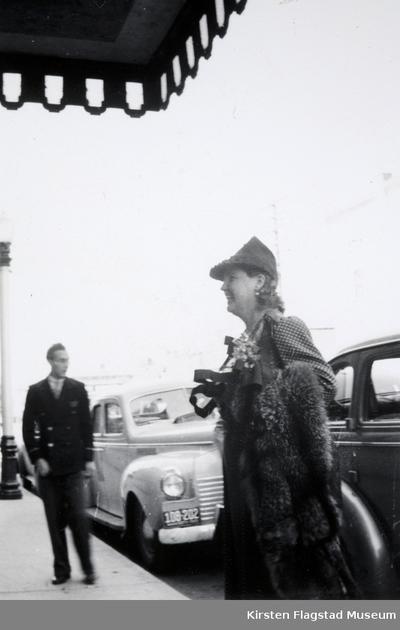 Kirsten Flagstad ankommer til sin datter Else Maries bryllup med Arthur Dusenberry i USA 10