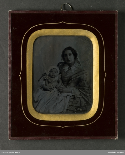53f2e98086bd Ambrotyp i ram, porträtt av mor med liten dotter. Föreställer enligt  huvudliggaren fru Ida