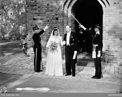 50efd2efde0d Bröllop - brudpar utanför Helga Trefaldighets kyrka, Uppsala 1947