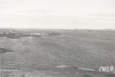 Noterat på kortet: Bleket. Klädesholmen från berget ovanför färjeläget. 6.1.1962.