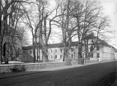 Bakre delen av Kristine kyrka vid Östra Storgatan och huset utmed Prästgatan i Jönköping.