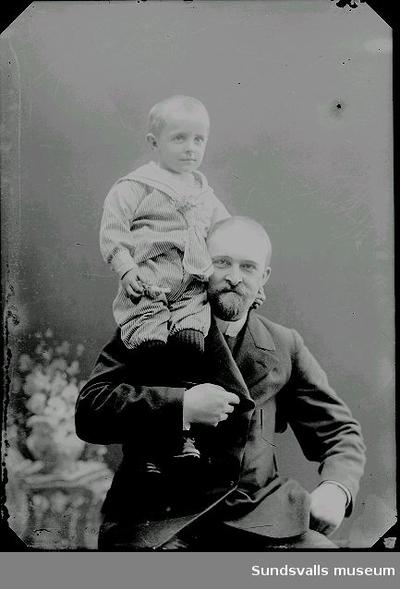 Ivar August Kihlbaum (f. 1863 d. 1915) med son. Bokbindare och bror till Maria Kihlbaum.