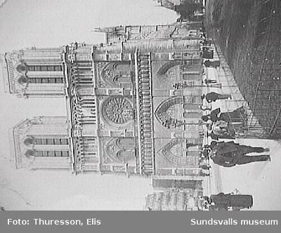 Notre- Dame de Paris västfasad med den öppna platsen framför, Paris,  Frankrike.