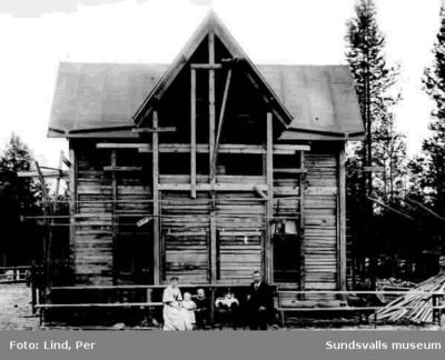 Alby 1898. Hidbergs hus? Framför huset en kvinna och en man samt två barn.