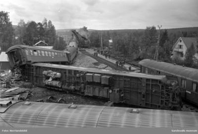Tågkatastrofen i Alby då Nordpilen den 6/9 1964 i hög fart spårade ur och fortsatte in bland bebodda hus längs järnvägsvallen. Åtta personer omkom och 35 skadades.