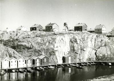 Bebyggelse i det inre av hamnen i Smögen.