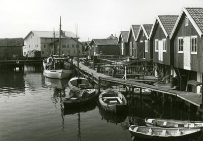 Bryggor, fiskebodar, hus i Smögen.
