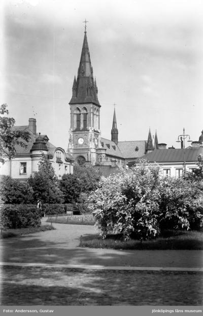 En del av parken vid Västra torget i Jönköping. I bakgrunden syns Sofiakyrkan.