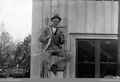 Gunnar Svensson, på en stege med ledningstråd på axeln vid ett hus på Barnarpsgatan. Han hade egen elektrikerfirma, EMA. I ungdomsåren var han en av fotograf Gustav Anderssons närmsta vänner och bodde i förmanshuset på Pilgatan 16 i Jönköping.