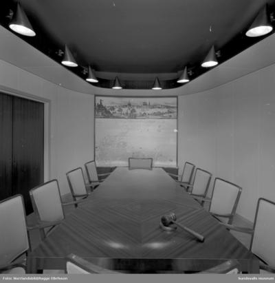 Hamnförvaltningens sammanträdesrum med fondvägg med karta/bild över Sundsvalls hamn.