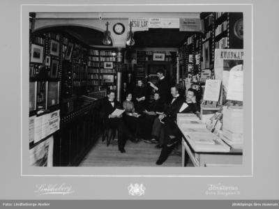 Interiör från Jönköpings Bokhandel. Ivar Lundin,mannen längst bak, arbetade i bokhandeln som volontär åren 1896-1907. Han föddes i Jönköping år 1881.