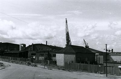 Oskarshamns varv. Sliphuset sett från Gröndalsgatan. Neptunboden till vänster. Mellan Neptunboden och sliphuset verkstad  Nr. 51. I bakgrunden verkstad 14.