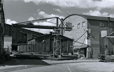 Oskarshamns varv. Plåtverkstad nr 14. I förgrunden svängbar kran tillverkad på varvet. På gaveln stora riktvalsen. Till vänster byggnad för spantplan med ugn.