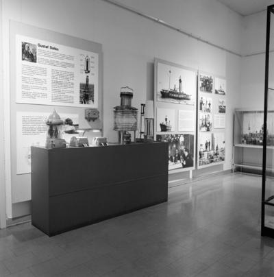 Utdrag ur utställningstext:  Ingenjör Gustaf Dalén  är internationellt mest välkänd i en lång rad av svenska fyrkonstruktörer. 1912 fick han Nobelpriset i fysik för sin uppfinning av