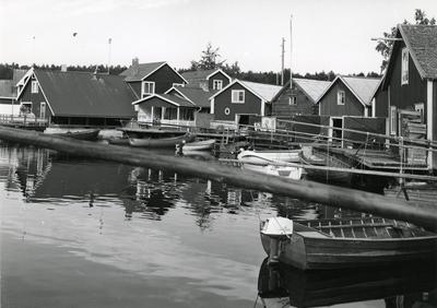 Ångermanland, Nordingrå sn. Sjöbodar i Norrfällsvikens fiskeläge. Här finns fyra - fem aktiva yrkesfiskare. En betydelsefull näring har turismen blivit för fiskeläget. En del av sjöbodarna har som synes byggts om för bostadsändamål. Jfr Fo41740AB - 744AB.