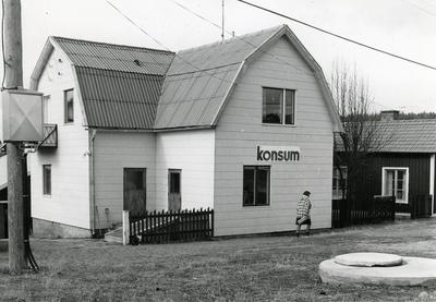 Ångermanland, Trysunda. Konsumaffären, flera gånger nedläggningshotad. Den förestås av Anna-Greta och Sven Lundström och är öppen fyra timmar varje vardag.