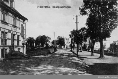Jönköpingsvägen i Huskvarna. Badhuset till vänster bygdes 1910.